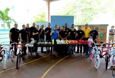 Kids Drug Free junto a Ex Campeones Mundiales llevan equipo deportivo y sortean bicicletas en esc Aquilino Caban de Aguada PR