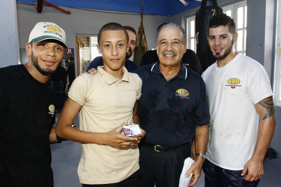 OMB comienza la entrega de tarjetas a estudiantes-boxeadores de Puerto Rico para la compra de efectos escolares