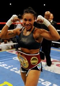 Hanna Gabriels gana pelea del título mundial de boxeo en segundo round