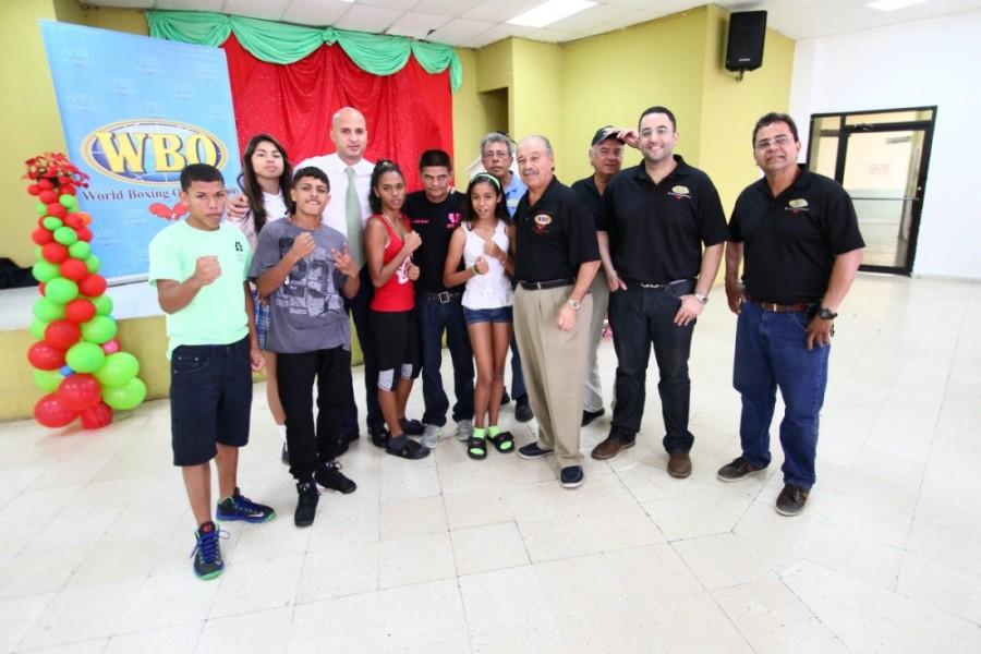 OMB y campeones entregan regalos a niños de Naguabo, PR