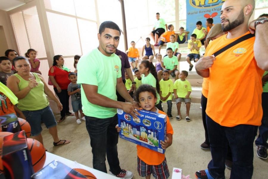 OMB y figuras llevan alegría a niños y jóvenes de Añasco, PR