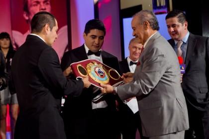 "Morales recibe de ""Paco"" Valcárcel, título OMB"