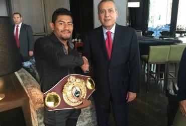 (PHOTOS) WBO Jr. Featherweight International Champion Cesar Juarez of Mexico and PRI chairman Manlio Fabio Beltrones