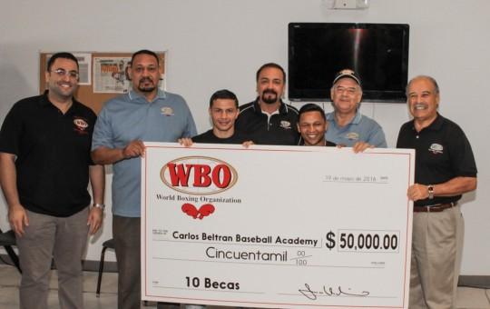 Donación de $50,000 En 10 Becas Para Estudiantes De Carlos Beltrán Baseball Academy