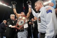 Valdez destroys Rueda in two to win WBO featherweight title