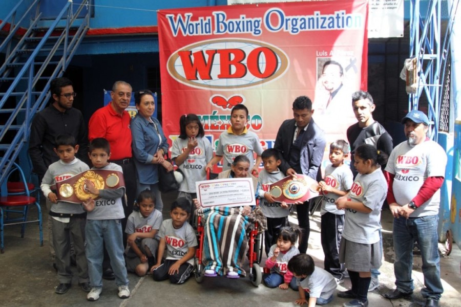 Organización Mundial de Boxeo entrega donativos en México